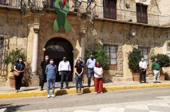 Minuto de silencio ante las puertas del Ayuntamiento de Lora del Río por las víctimas del Coronavirus.